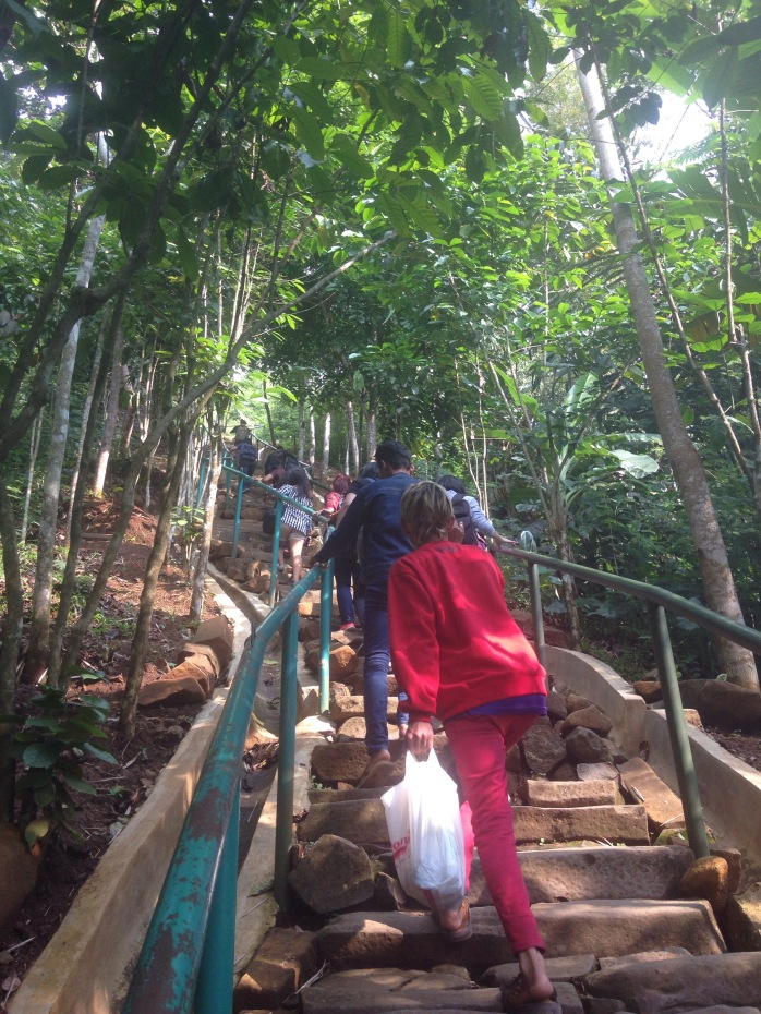 Ini tangganya masih belum nanjak banget, makin ke atas makin nanjak.