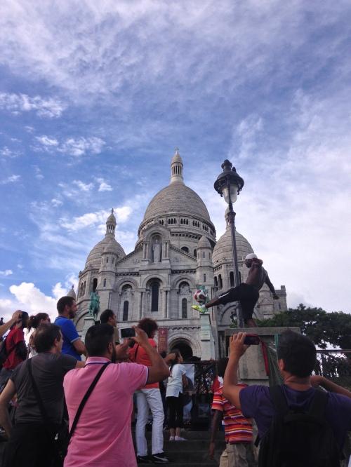 Pertunjukkan dribbling di tiang depan Sacre Coeur